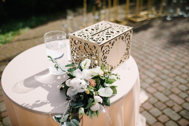 Schöne Blumendekorationen draußen Hochzeitszeremonie draußen stockfoto
