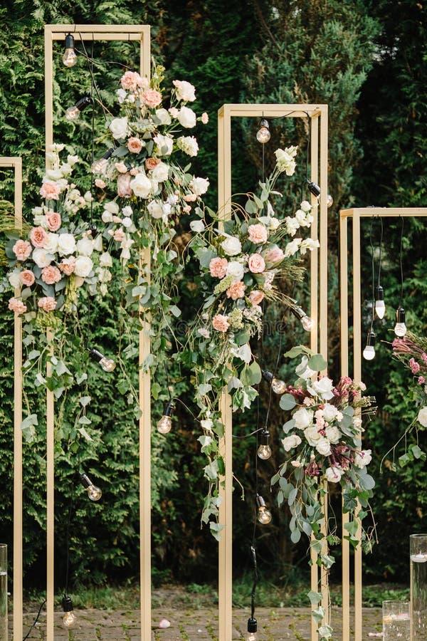 Schöne Blumendekorationen draußen Hochzeitszeremonie draußen stockbilder
