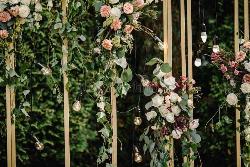Schöne Blumendekorationen draußen Hochzeitszeremonie draußen lizenzfreie stockfotografie