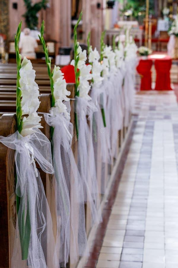 Schöne Blumenhochzeitsdekoration in einer Kirche lizenzfreie stockfotos