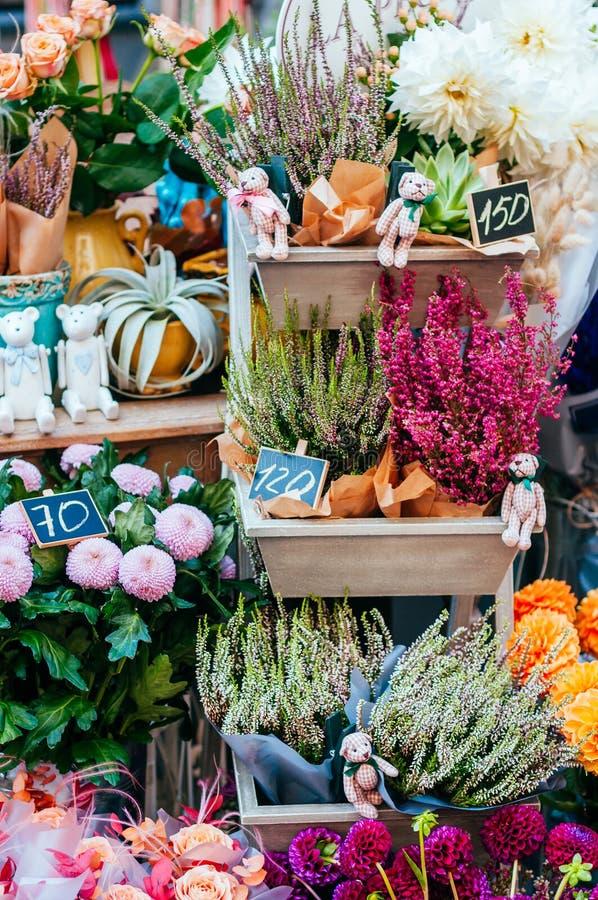 Schöne Blumensträuße am Blumenmarkt stockfoto