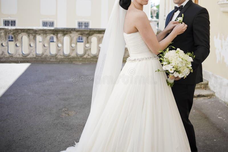Schöne Blumensträuße von den Blumen bereit zur großen Hochzeitszeremonie stockfoto
