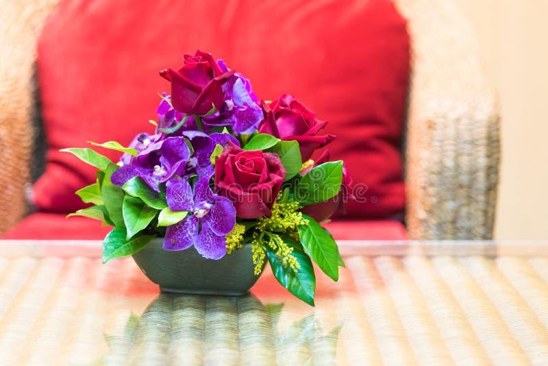 Schöne Blumenstraußblumen im Wohnzimmer lizenzfreie stockfotografie