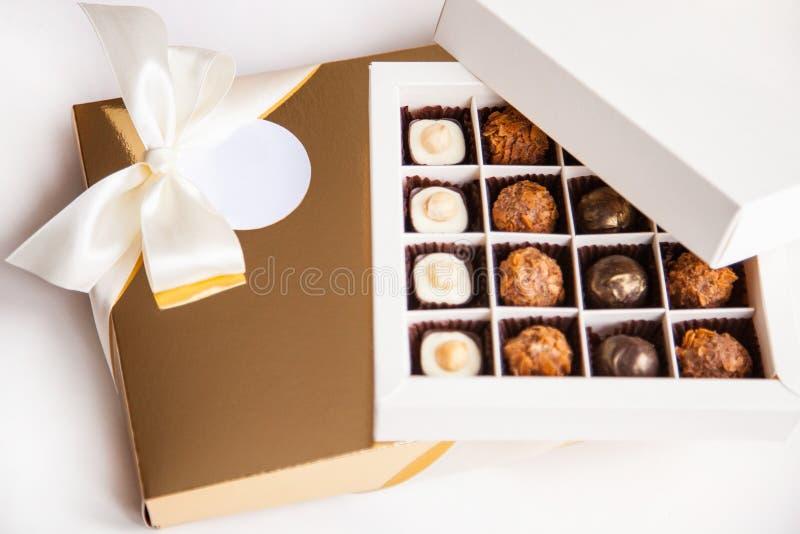 Schöne Bonbons in der Geschenkbox stockbilder