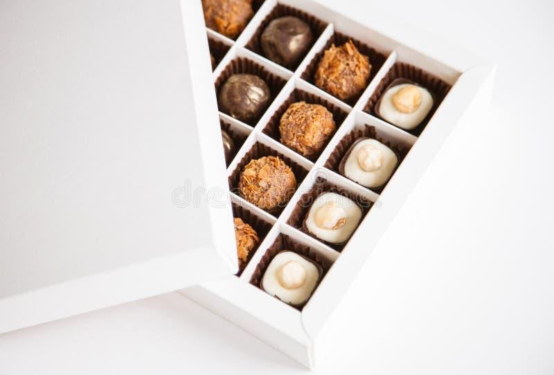 Schöne Bonbons in der Geschenkbox lizenzfreie stockfotos