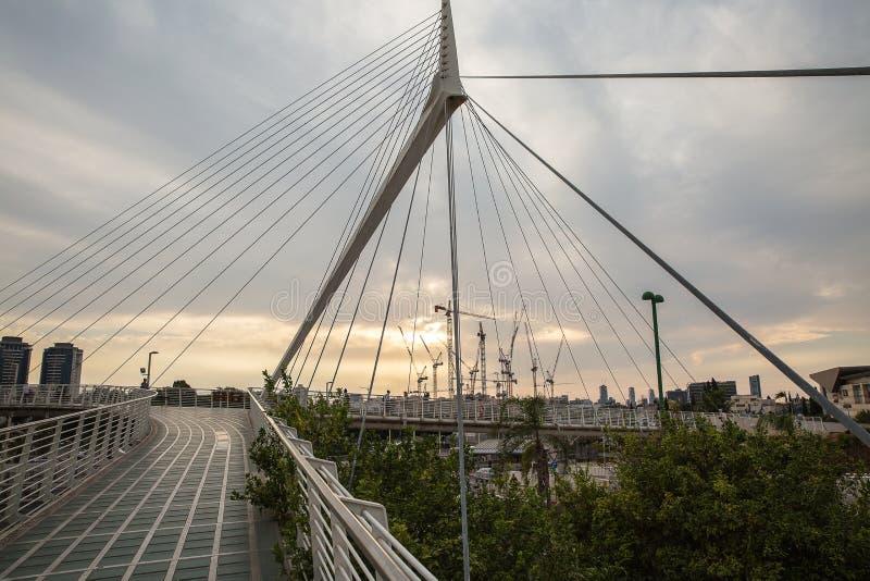 Schöne Brücke in Form eines Segels bei Sonnenuntergang in Petah Tikva israel lizenzfreie stockfotografie