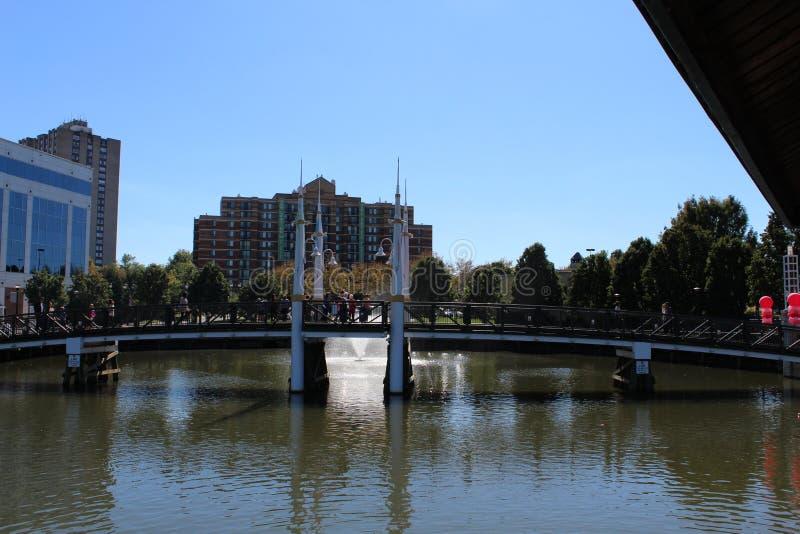 Schöne Brücke mit netter Farbe bei RIO Washington Center lizenzfreies stockfoto