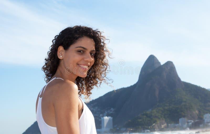 Schöne brasilianische Frau bei Rio de Janeiro stockbilder