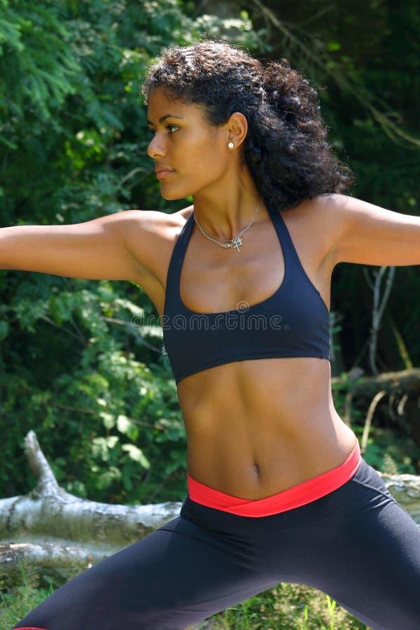 Schöne brasilianische Frau in der Yogahaltung stockbilder