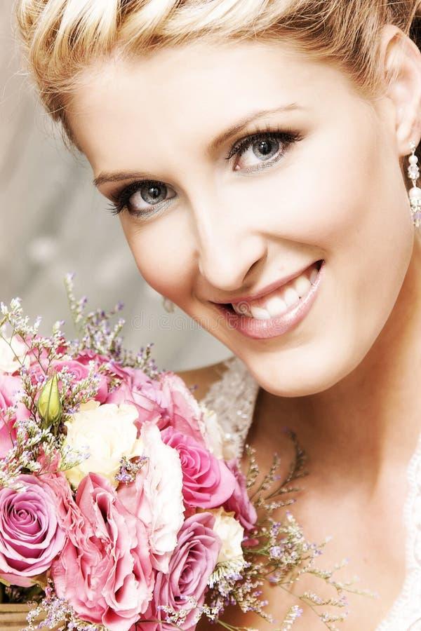 Download Schöne Braut stockbild. Bild von braut, ohrringe, blumenstrauß - 9084437