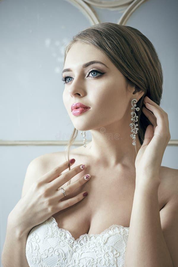 Schöne Braut-blonde Frau im weißen Hochzeits-Kleid lizenzfreie stockfotografie