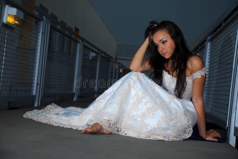 Schöne Braut, die auf Fußboden sitzt lizenzfreie stockfotos