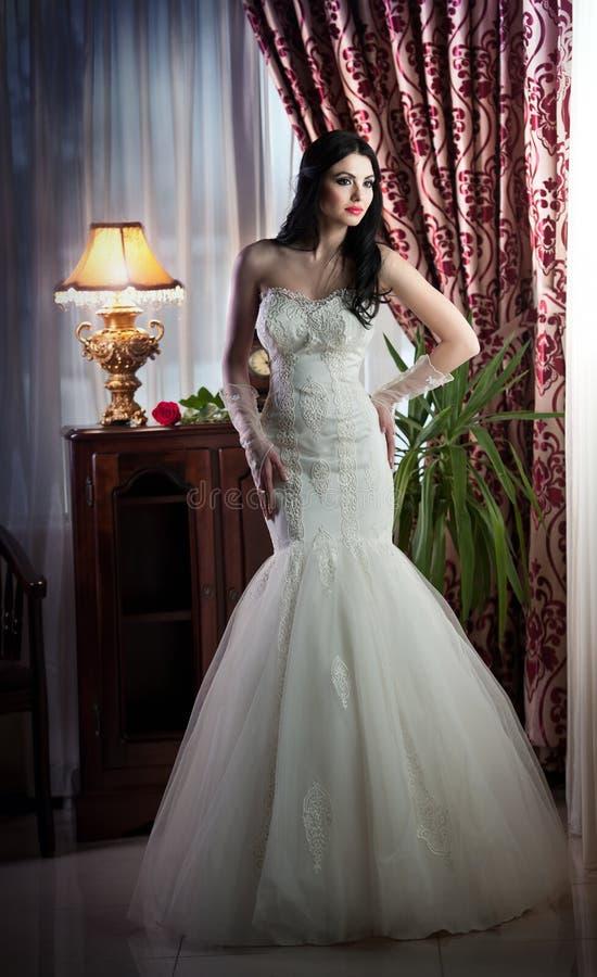 Schöne Braut, die in der klassischen Landschaft aufwirft stockfotografie