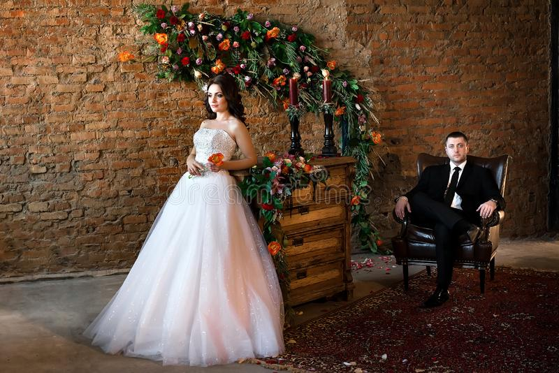Schöne Braut, die in einem netten weißen Kleid steht stockfotos