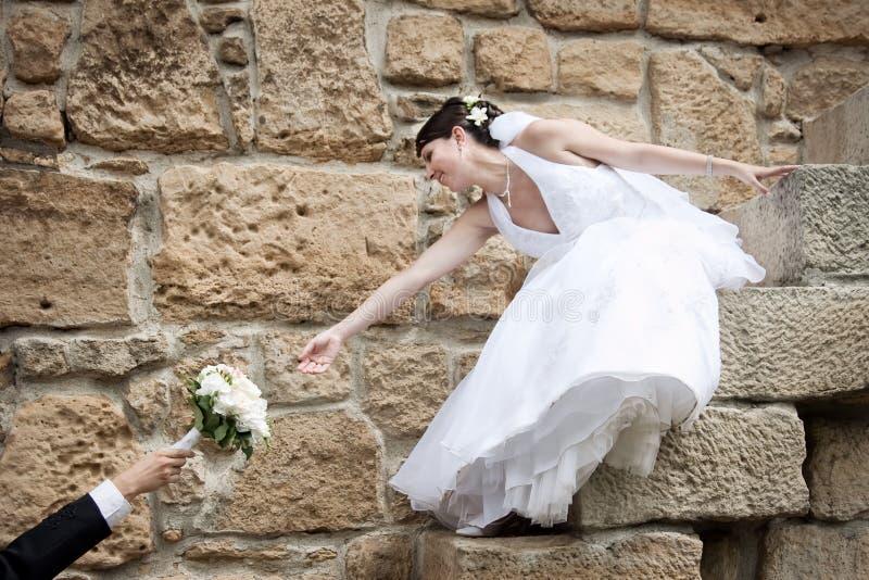 Schöne Braut, die für erreicht lizenzfreie stockbilder