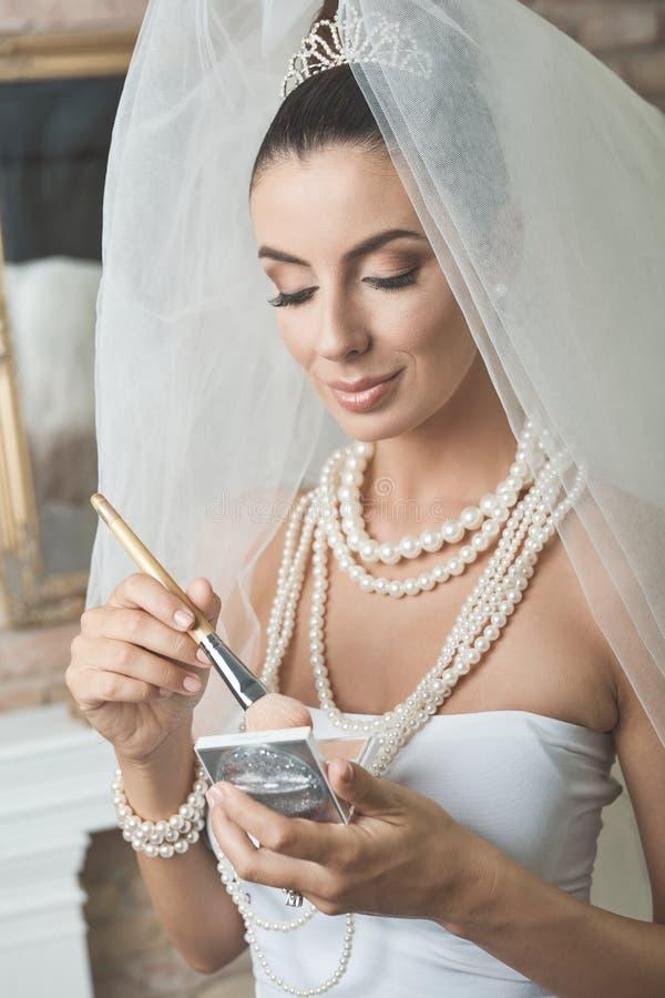Schöne Braut, die Make-up tut lizenzfreie stockfotografie