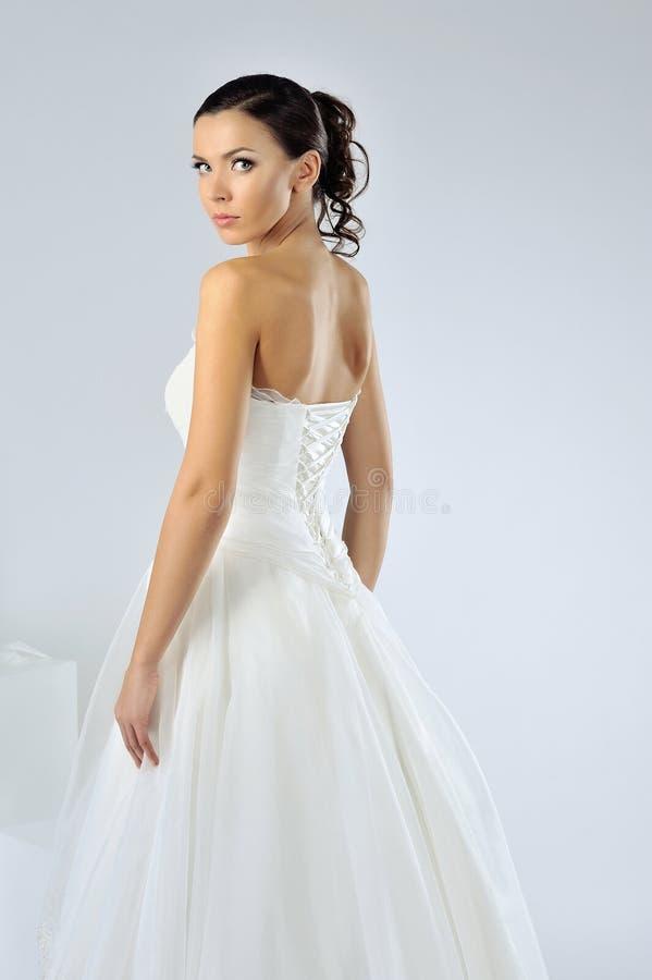 Schöne Braut, die am Studio aufwirft stockfotos