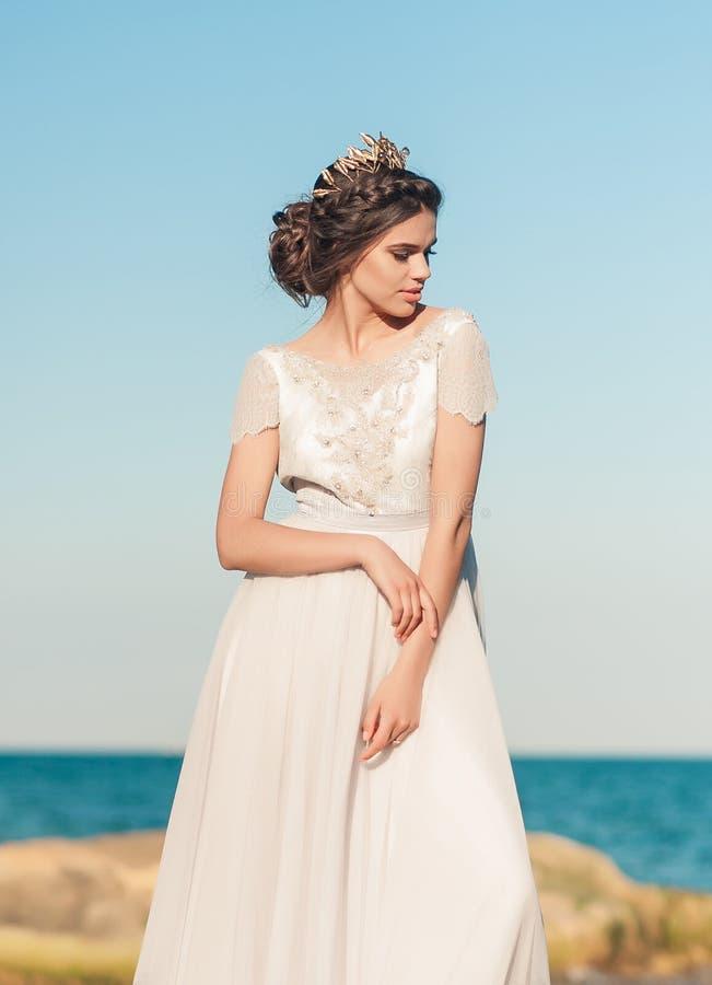 Schöne Braut draußen Hochzeitsfrisur und bilden stockbild