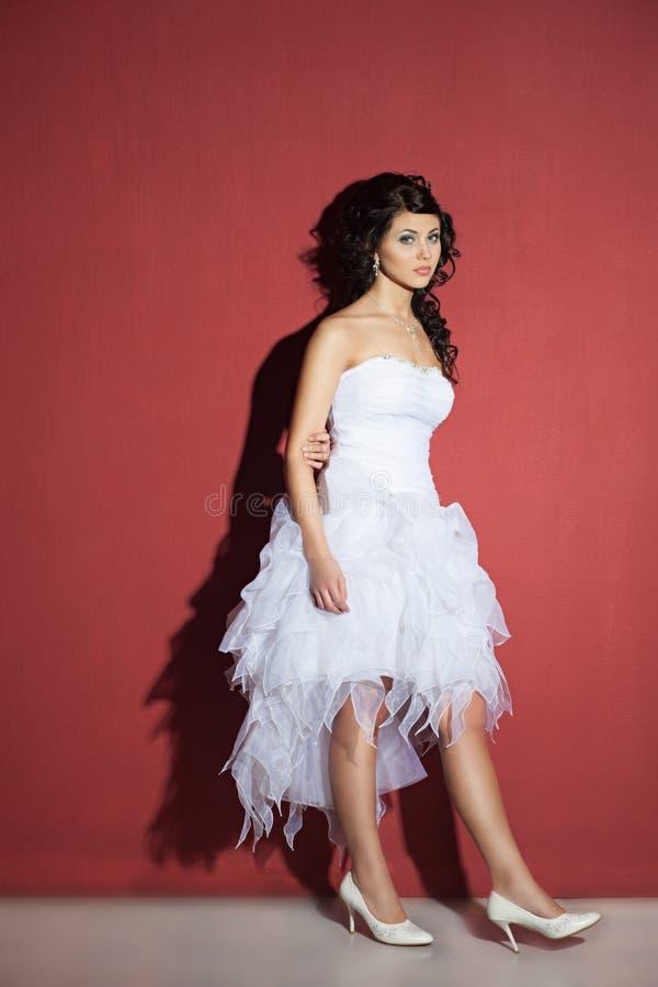 Schöne Braut in einem Hochzeitskleid lizenzfreie stockbilder