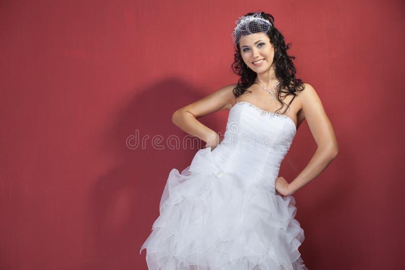 Schöne Braut in einem Hochzeitskleid stockfoto
