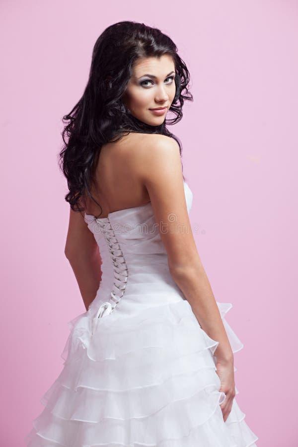 Schöne Braut in einem Hochzeitskleid lizenzfreie stockfotografie