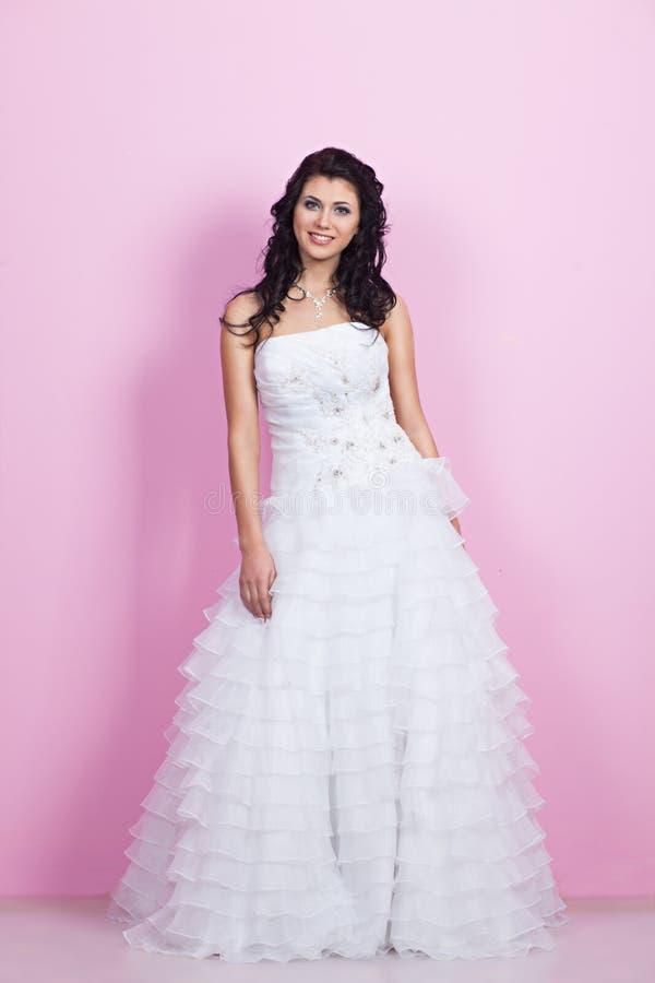 Schöne Braut in einem Hochzeitskleid lizenzfreie stockfotos