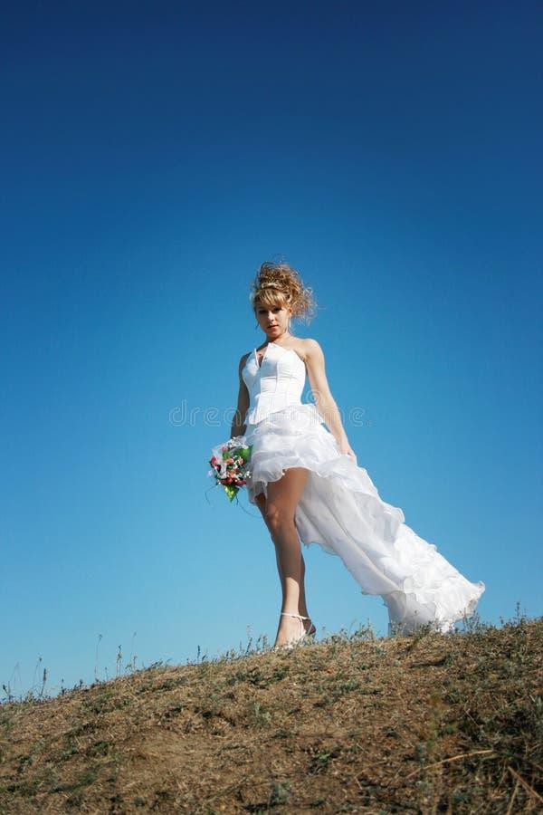 Schöne Braut gegen blauen Himmel lizenzfreies stockfoto