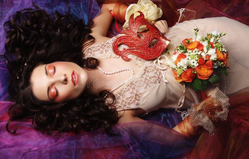 Schöne Braut gelegt auf Organza. stockbilder