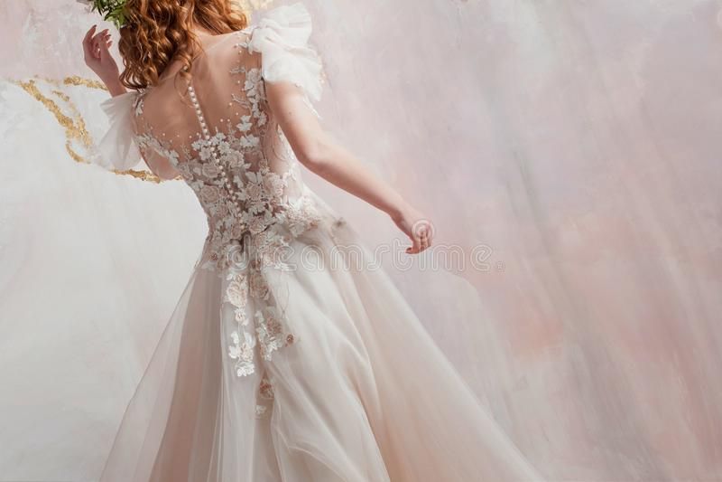 Schöne Braut, hintere Ansicht von Mädchen im eleganten Heiratskleid lizenzfreie stockfotos