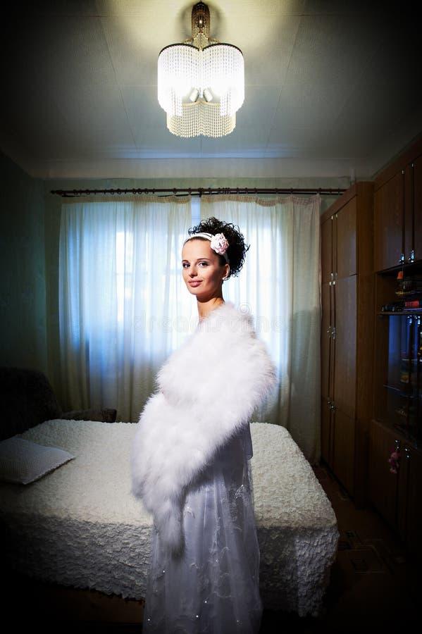 Schöne Braut in ihrem Raum lizenzfreies stockfoto