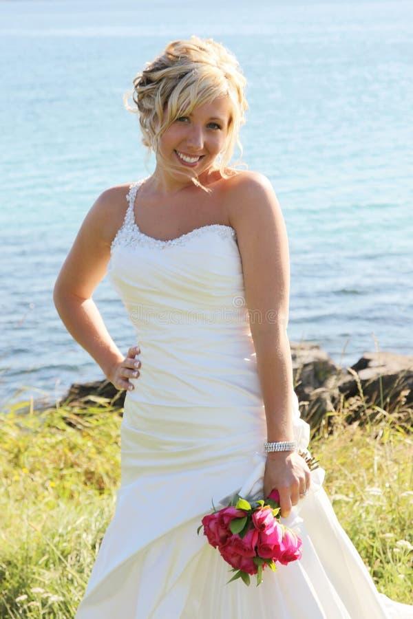 Schöne Braut im Hochzeitskleid lizenzfreies stockbild