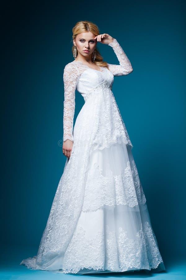 Schöne Braut Im Hochzeitskleid Auf Blau Stockbild - Bild von ...