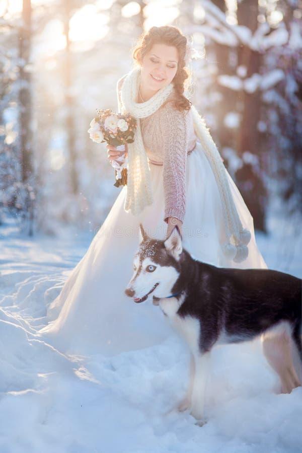 Schöne Braut im Winterwald lizenzfreie stockfotografie