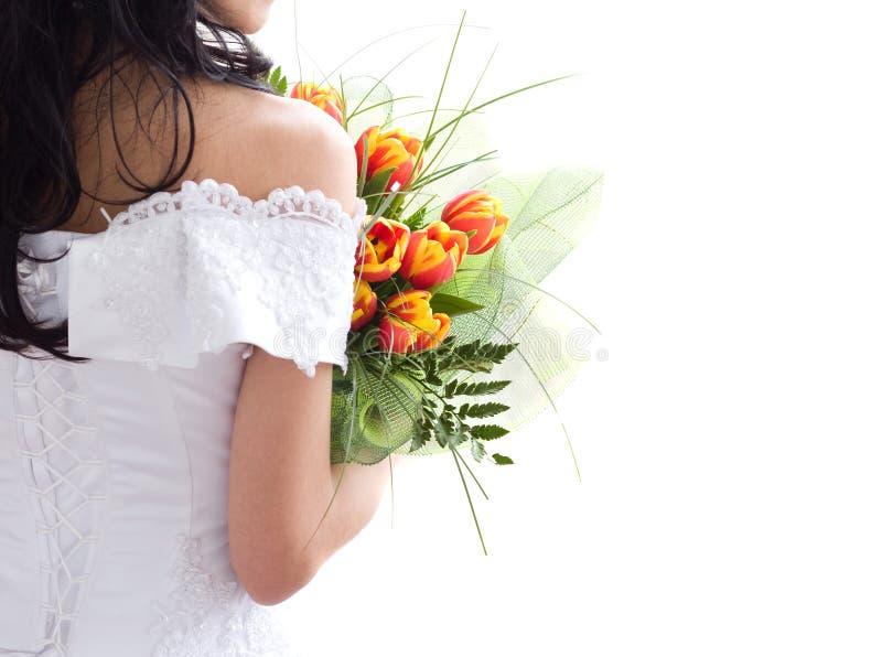 Schöne Braut mit Bündel Tulpen stockfotografie