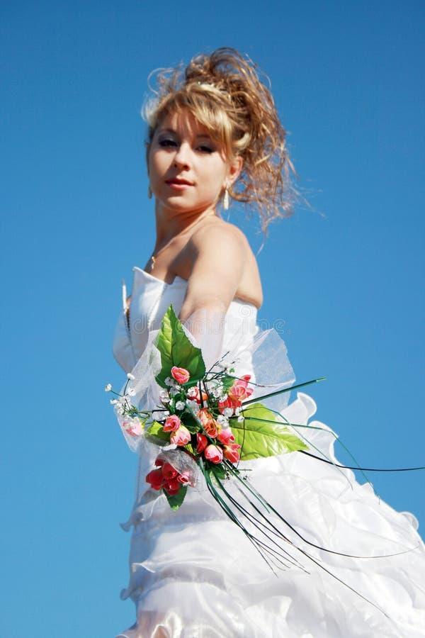 Schöne Braut mit Blumenstrauß lizenzfreie stockfotografie