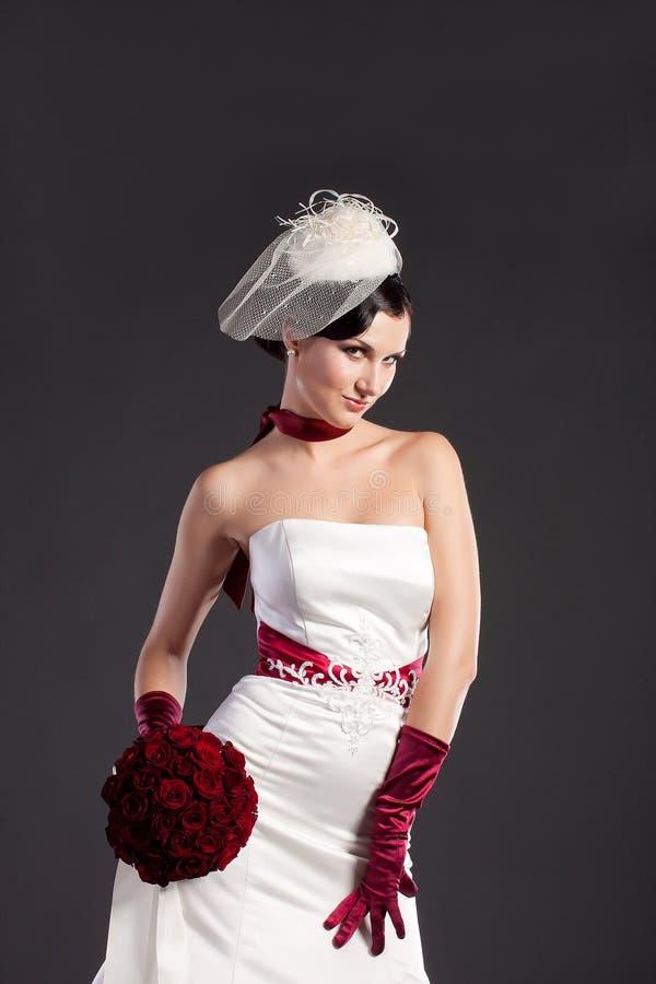 Schöne Braut mit Blumenstrauß lizenzfreies stockfoto