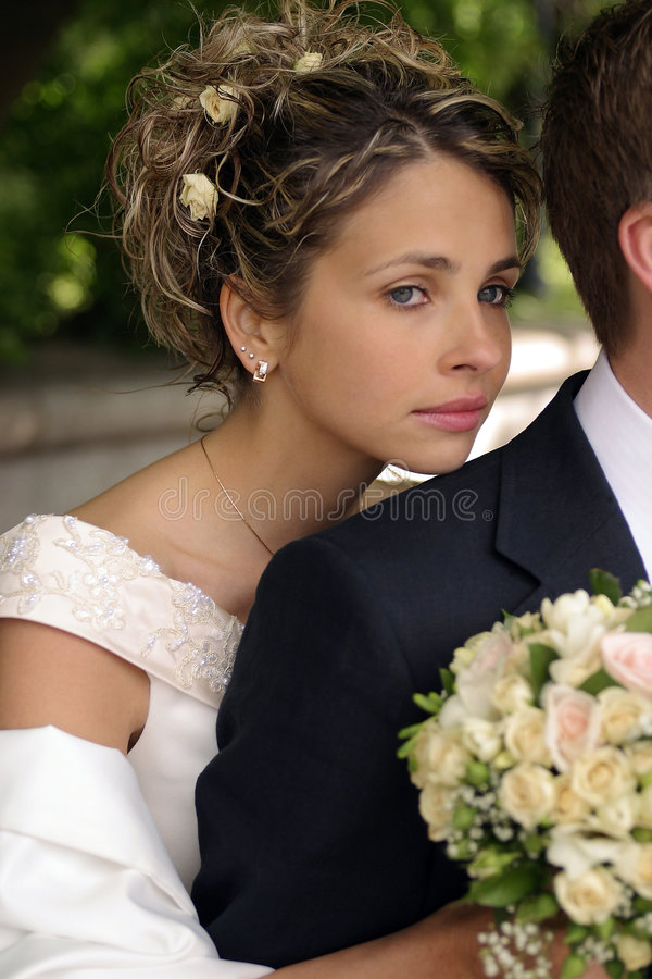 Schöne Braut mit Bräutigam stockbilder