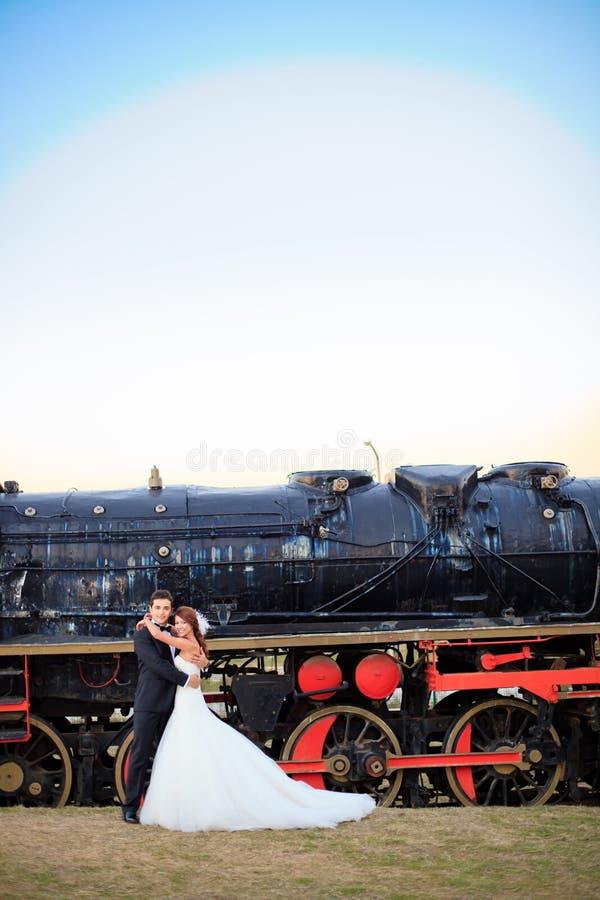 Glückliche Hochzeitsbraut und -bräutigam lizenzfreies stockbild