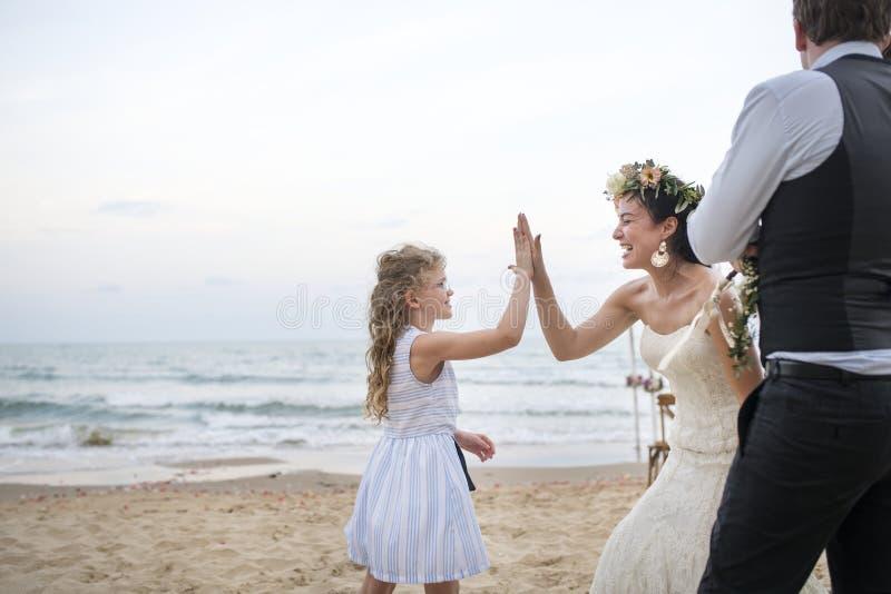 Schöne Braut mit ihrem Blumenmädchen stockbild
