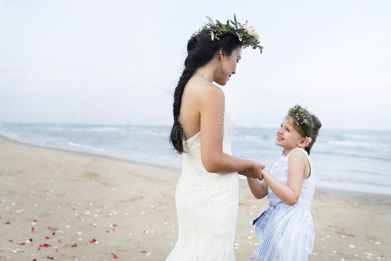 Schöne Braut mit ihrem Blumenmädchen lizenzfreie stockfotos