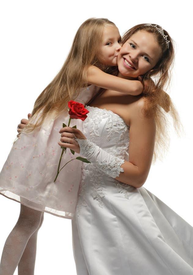 Schöne Braut mit kleinem Mädchen lizenzfreies stockbild