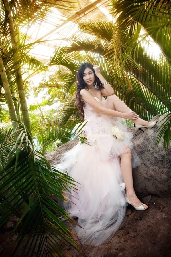 Schöne Braut mit lockiger Hochzeitsfrisur lizenzfreie stockfotos