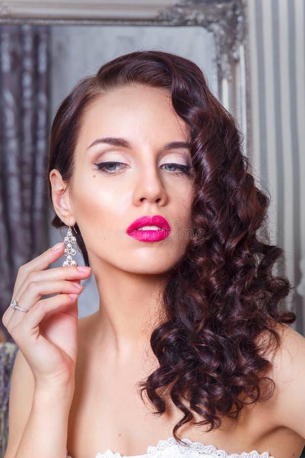 Schöne Braut mit Modehochzeitsfrisur und den roten Lippen Nahaufnahmeporträt der jungen herrlichen Braut hochzeit Schönes Tanzen  stockfotografie