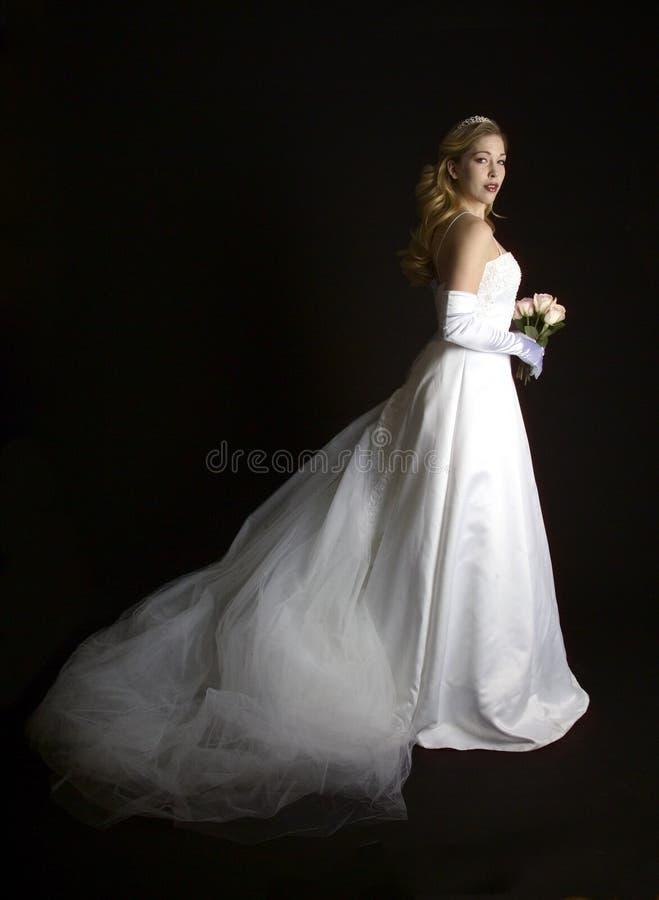 Schöne Braut mit rosafarbenem Blumenstrauß stockbild