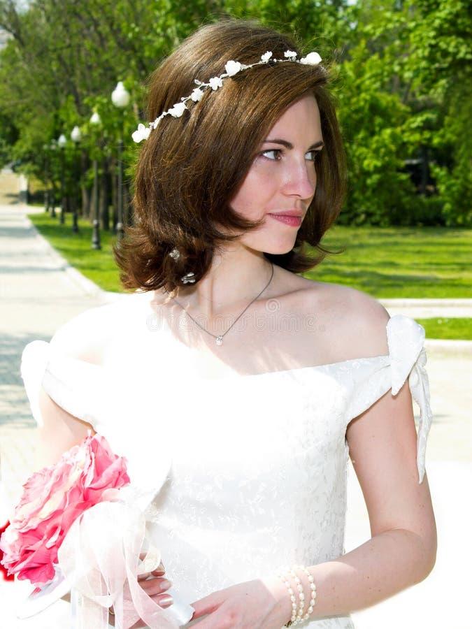 Schöne Braut am Park lizenzfreie stockfotos