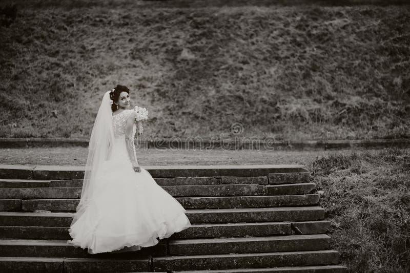 Schöne Braut steht auf den Treppen lizenzfreie stockbilder