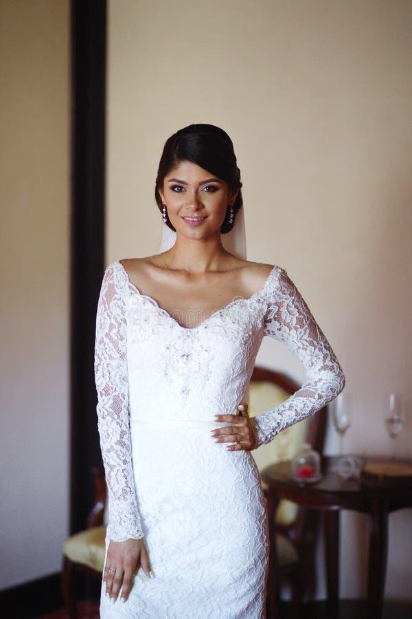 Schöne Braut trägt ein Heiratskleid Weibliches Porträt im Brautkleid für Heirat Nette Dame zuhause stockfotografie