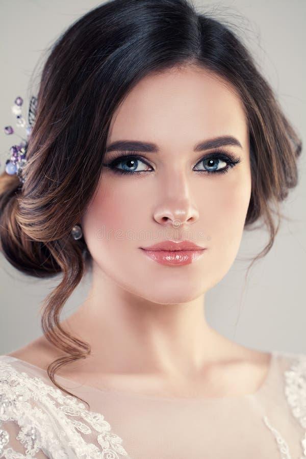 Schöne Braut-tragendes Mode-Hochzeits-Kleid stockfotografie