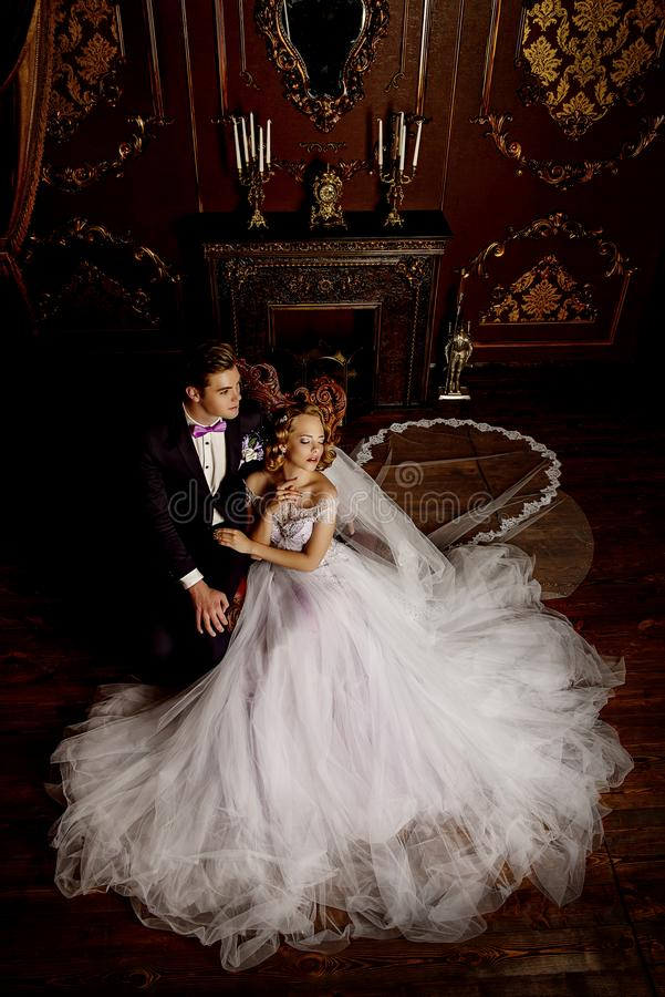 Schöne Braut und Bräutigam lizenzfreie stockfotos