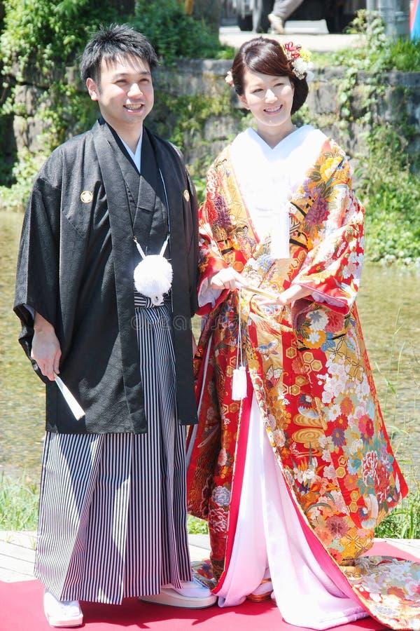 Schöne Braut und Bräutigam, die traditionelles japanisches Heiratskleid in Kyoto Japan trägt lizenzfreies stockfoto